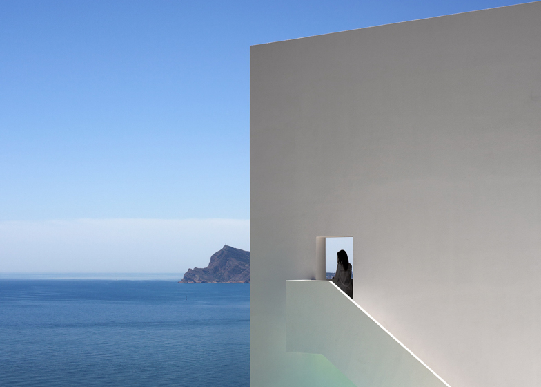 Monolithic-Volume-–-Cliff-View-Modern-White-House-in-Alicante-by-Fran-Silvestre-Arquitectos