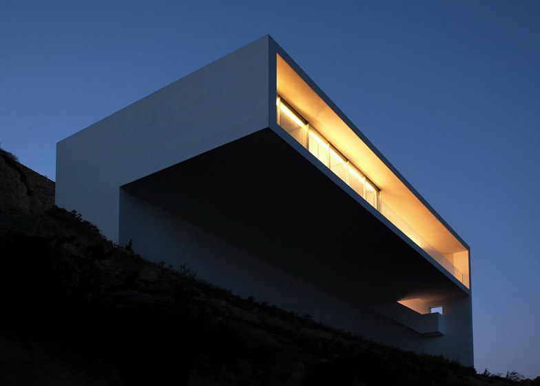 cantilevered volume Monolithic-Volume-–-Cliff-View-Modern-White-House-in-Alicante-by-Fran-Silvestre-Arquitectos