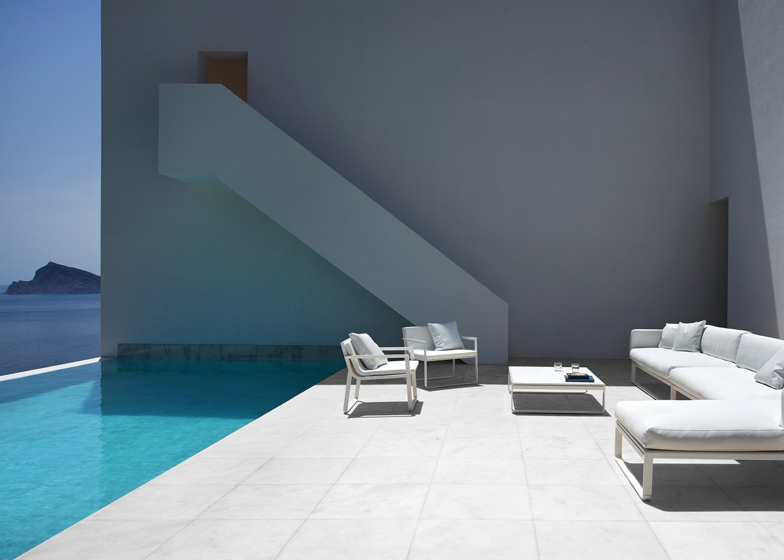 exterior decj Monolithic-Volume-–-Cliff-View-Modern-White-House-in-Alicante-by-Fran-Silvestre-Arquitectos