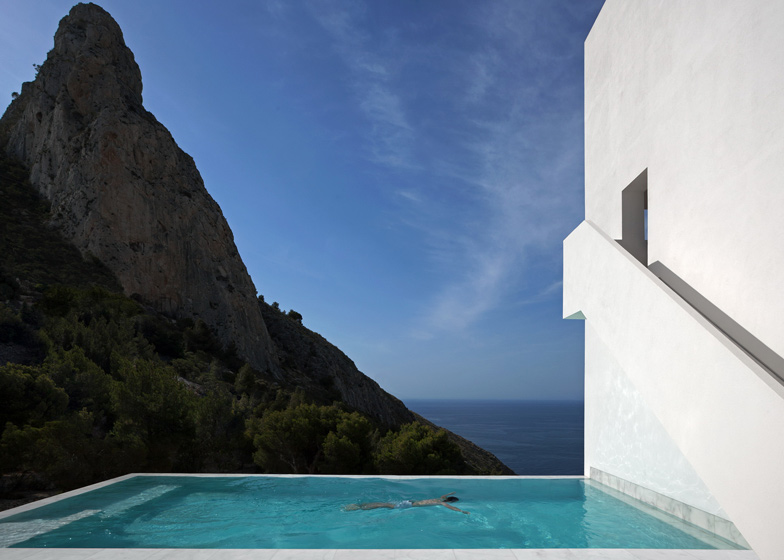 swimming pool design Monolithic-Volume-–-Cliff-View-Modern-White-House-in-Alicante-by-Fran-Silvestre-Arquitectos