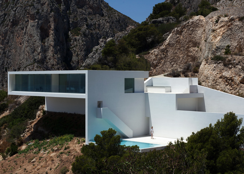 superb monolithic volume Monolithic-Volume-–-Cliff-View-Modern-White-House-in-Alicante-by-Fran-Silvestre-Arquitectos