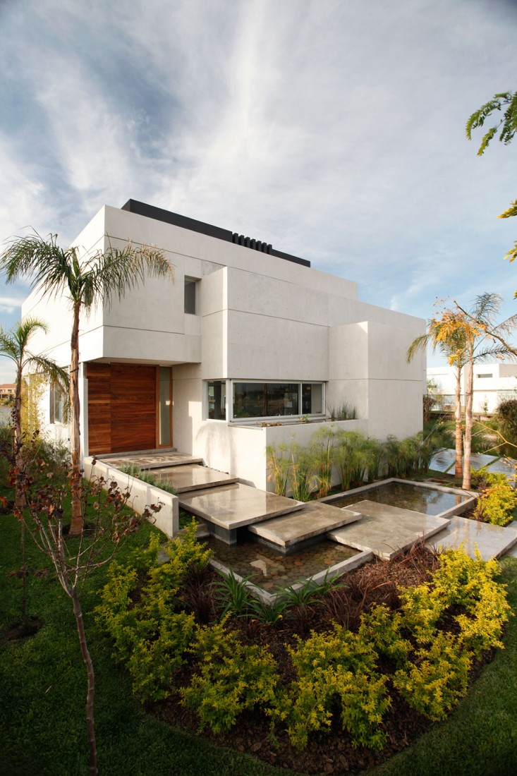 street perspective view Casa-del-Cabo-–-Modern-Dream-Mansion-by-Argentinian-Andres-Remy-Arquitectos-in-Benavídez