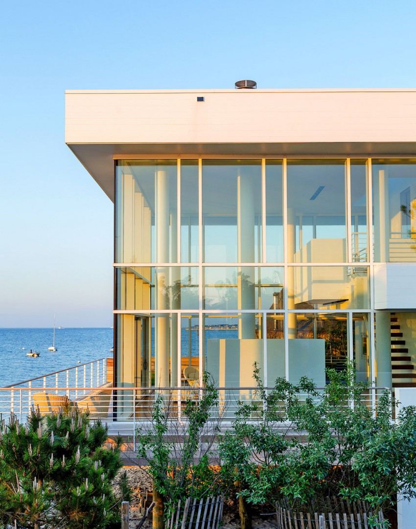 Richard Meier's High End Design Focused on a White Mighty Beach House